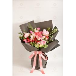 典雅莊園(粉色庭園玫瑰、豌豆花、紅色小玫瑰、白小玫瑰、白桔梗、紐花葉、尤加利 )
