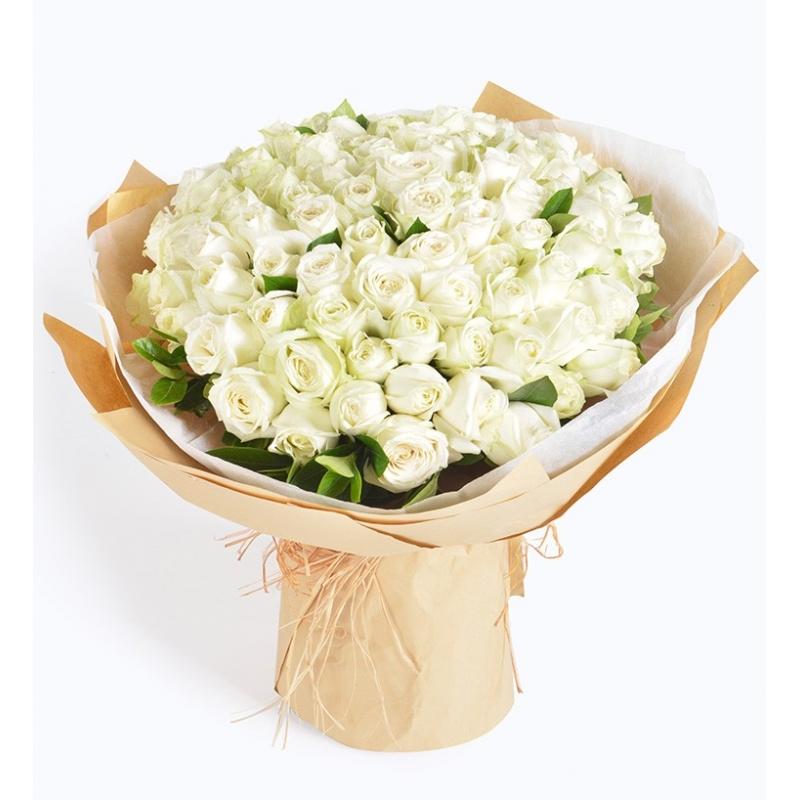 99 枝玫瑰 嬌白的玫瑰, 炙熱的愛情宣言, 彼此深陷熱戀氤氳的浪漫時刻, 一抹香氛讓您們的記憶更加深刻。 產品包括 玫瑰 x 99