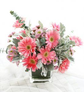枱花擺設: 不知如何選擇時令的鮮花,一時間又無從入手? 給你心愛的人一份驚喜,香港送花專門店為你送上精心設計的枱花,時尚格調,不同場合亦可以應用,可做擺設。