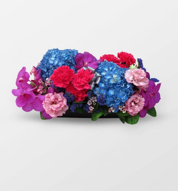 搭配豐富鮮明花材的設計,採用高級花材,跳脫一般的庸俗,姿態高雅!非常適用於開幕酒會、展覽、開幕陞遷或是長輩的祝賀禮