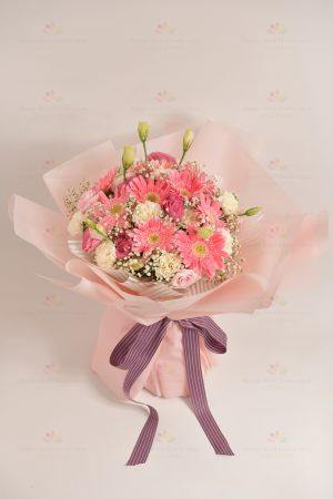 溫馨甜蜜(粉太陽菊,白康乃馨,粉桔梗,白滿天星)