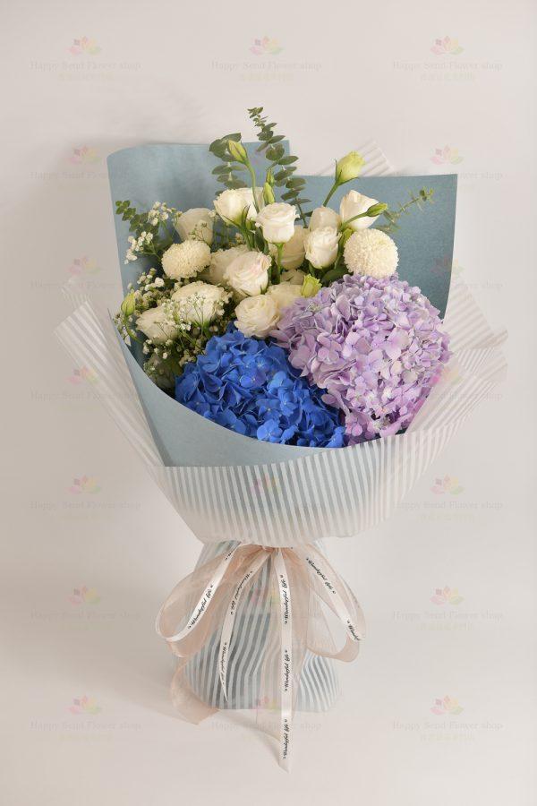 美好的(深藍繡球,紫淺繡球,白桔梗,白乒乓菊,白滿天星,尤加利)