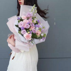 迷人媽媽(8枝康乃馨、8枝進口玫瑰、紫翠珠、紫桔梗、法國無忘我、麝香)