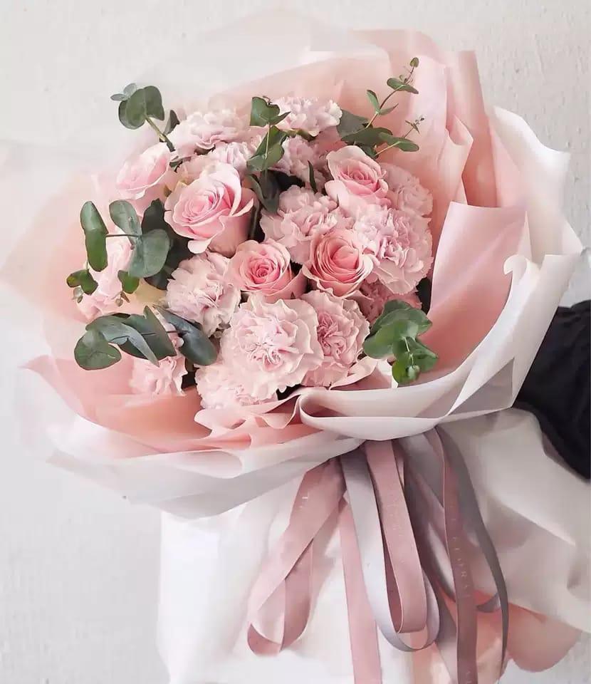 感恩的心(19枝康乃馨、5枝進口玫瑰、尤加利葉)